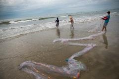 Рыбаки вытаскивают сеть из моря. Муйне. Вьетнам