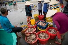 Торговля морским уловом на рыбацком рынке в Муйне. Вьетнам