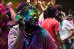 Индусы танцуют в праздник Холли. Гоа. Индия.
