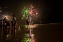Новогодние салюты и феерверки на пляжах острова Боракай. Филиппины.